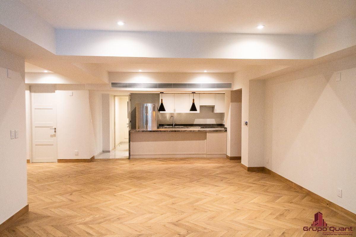 3 de 46: Vista a estancia y cocina desde balcón