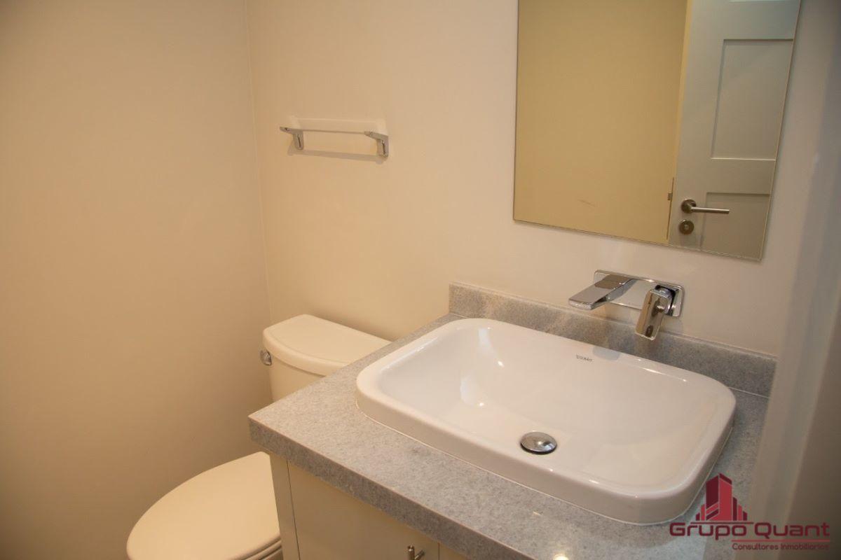 8 de 46: Medio baño de visitas