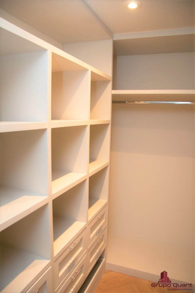 11 de 46: Recámara con walk-in closet y baño completo