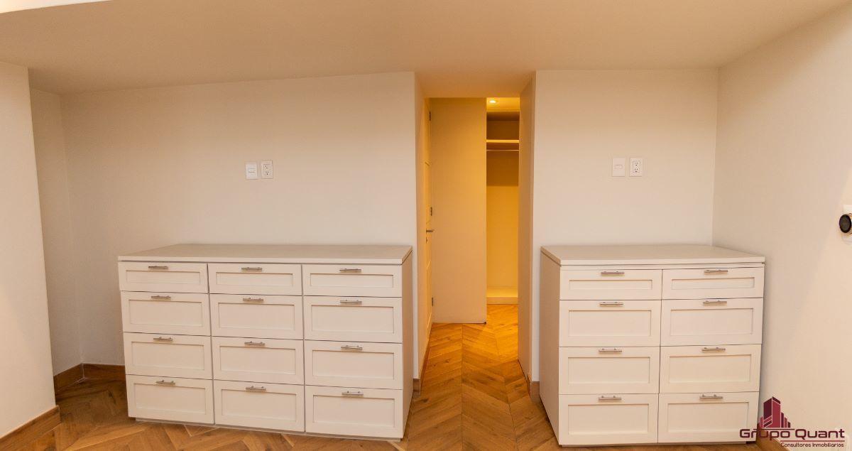 10 de 46: Recámara con walk-in closet y baño completo