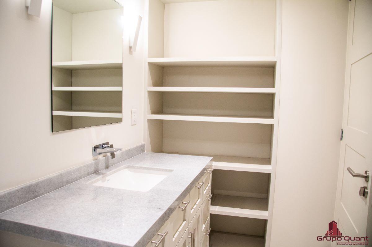 17 de 46: Recámara secundaria con closet y baño completo