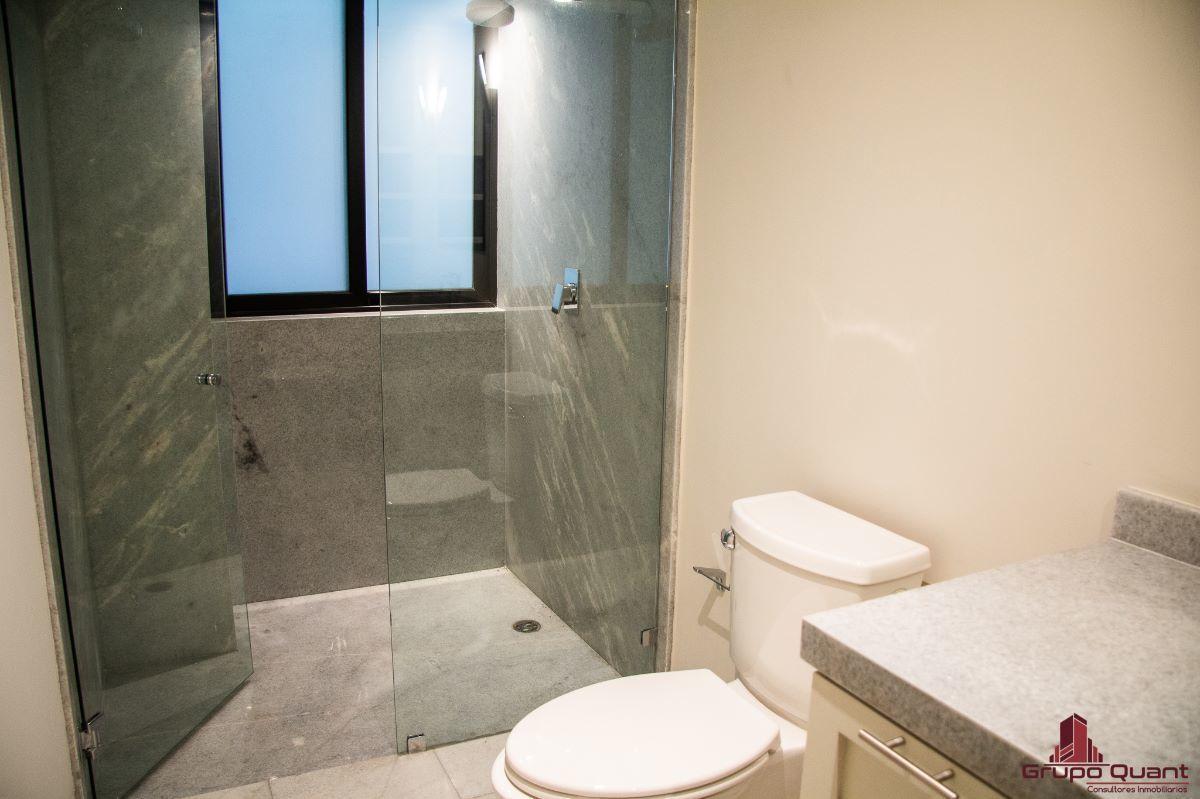 18 de 46: Recámara secundaria con closet y baño completo