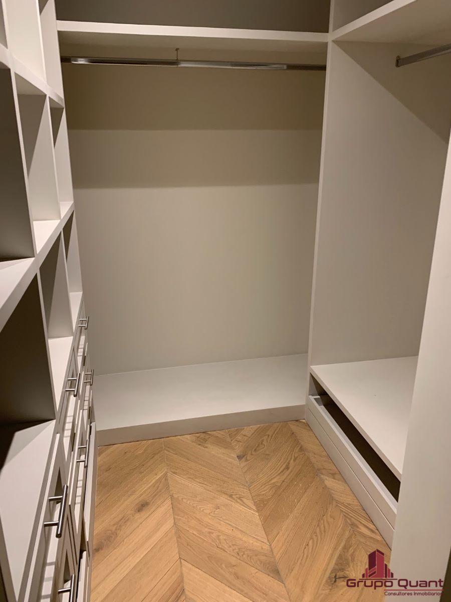 20 de 46: Recámara prinicipal con walk-in closet y baño completo