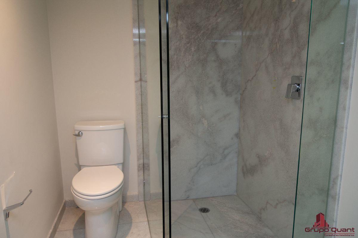 23 de 46: Recámara prinicipal con walk-in closet y baño completo