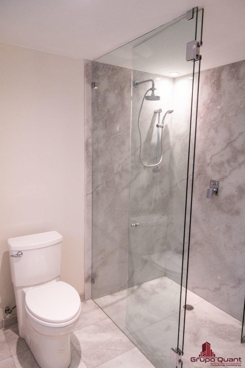 24 de 46: Recámara prinicipal con walk-in closet y baño completo