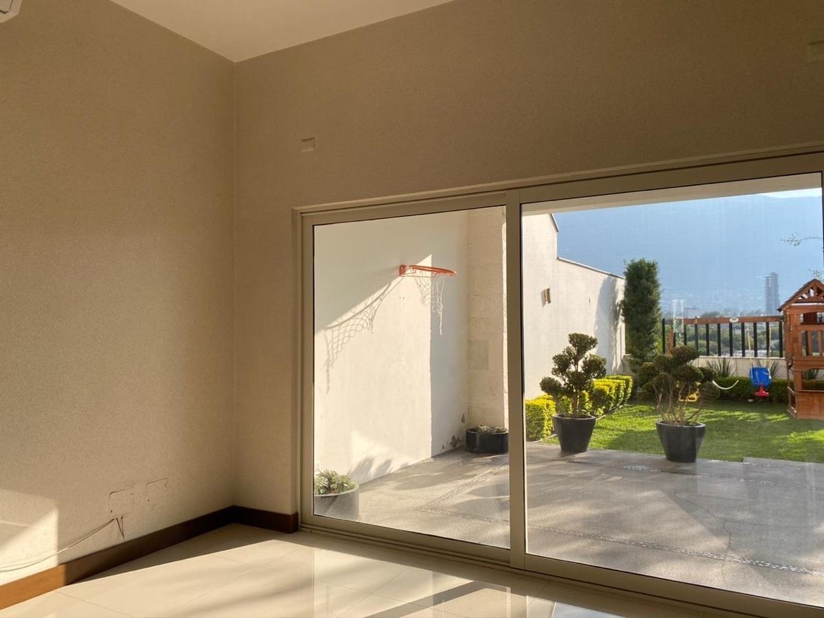 4 de 19: Área social con acceso a terraza y jardín con vista