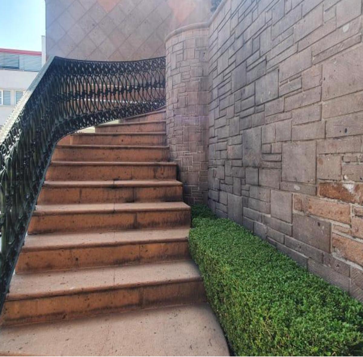 20 de 20: Escaleras para accesar a la casa
