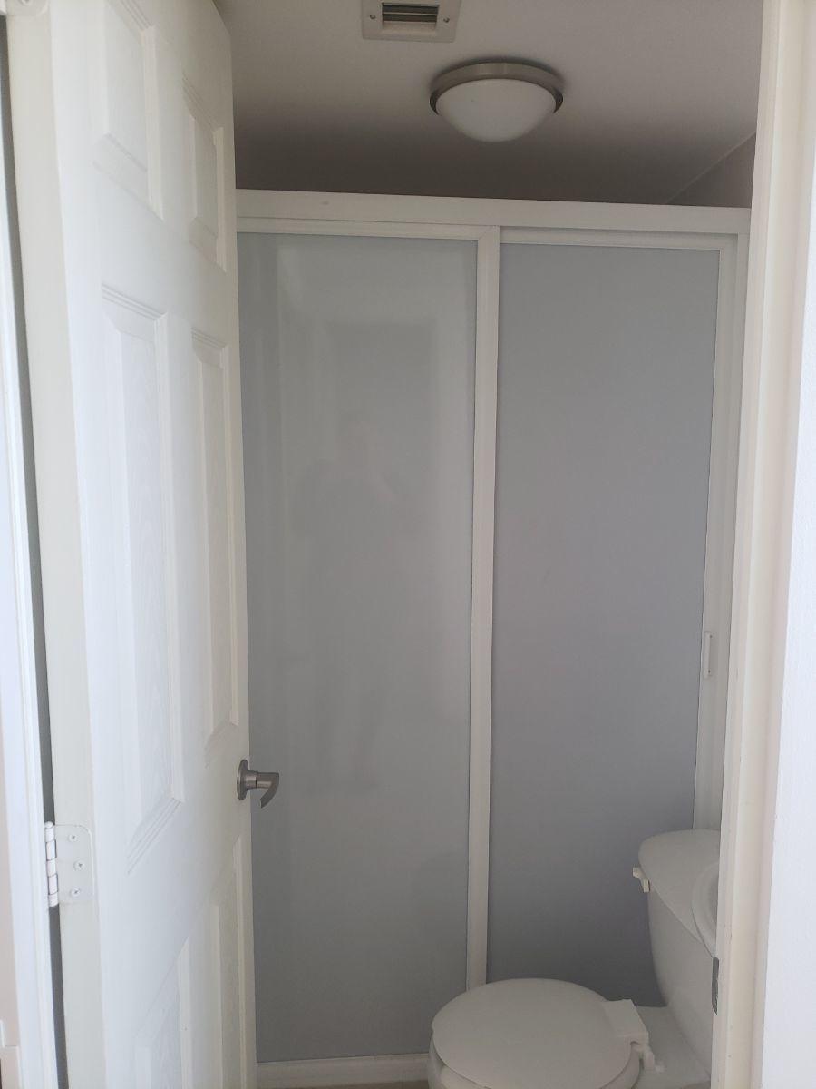 24 de 50: Baño de Servicio