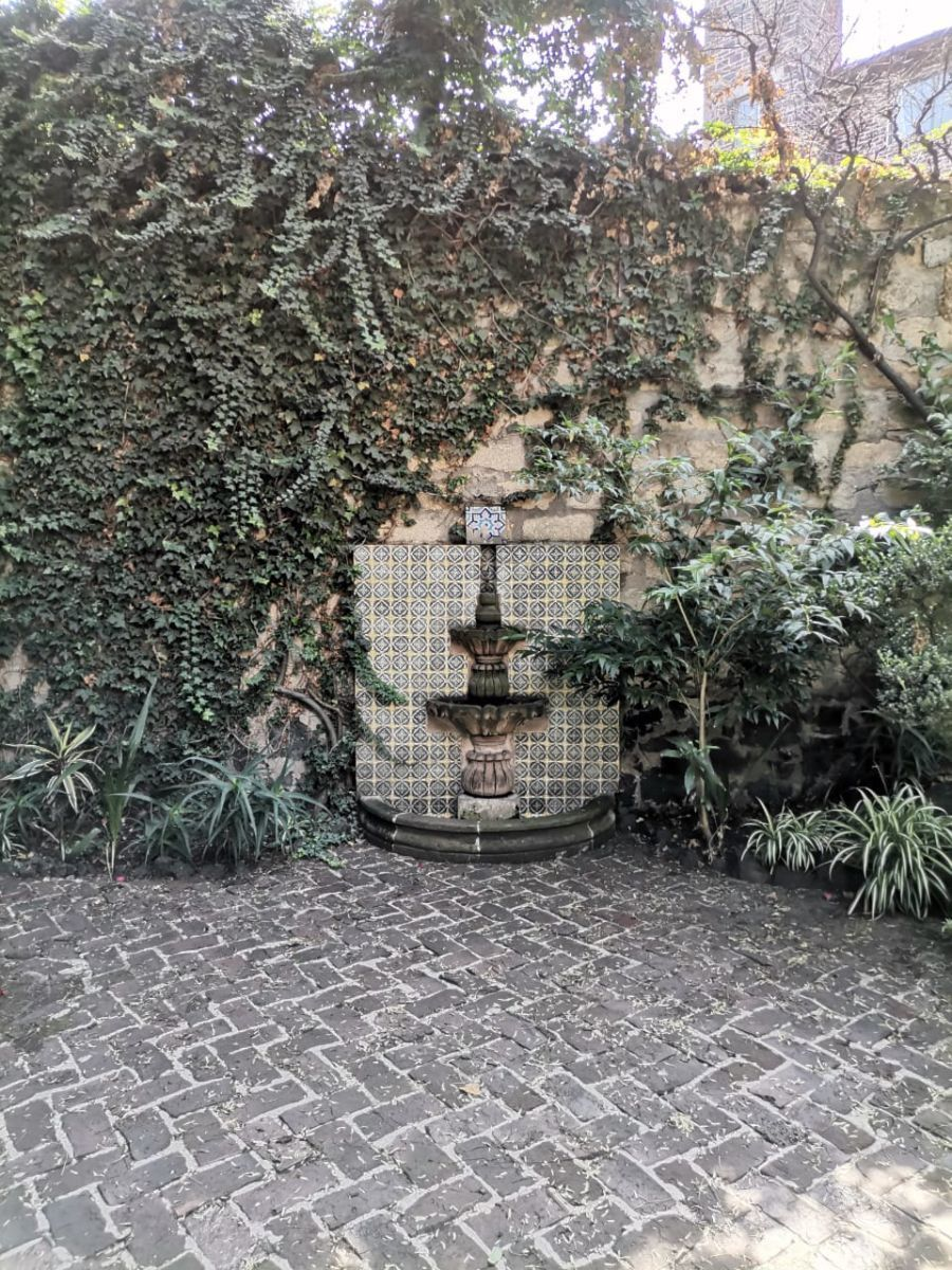 5 de 5: Hermosa fuente en un costado del jardín