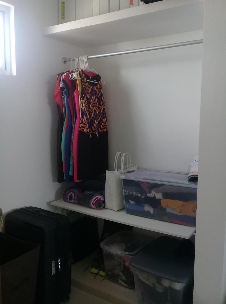 9 de 10: Closet con colgador y repisas  y porta maletas.