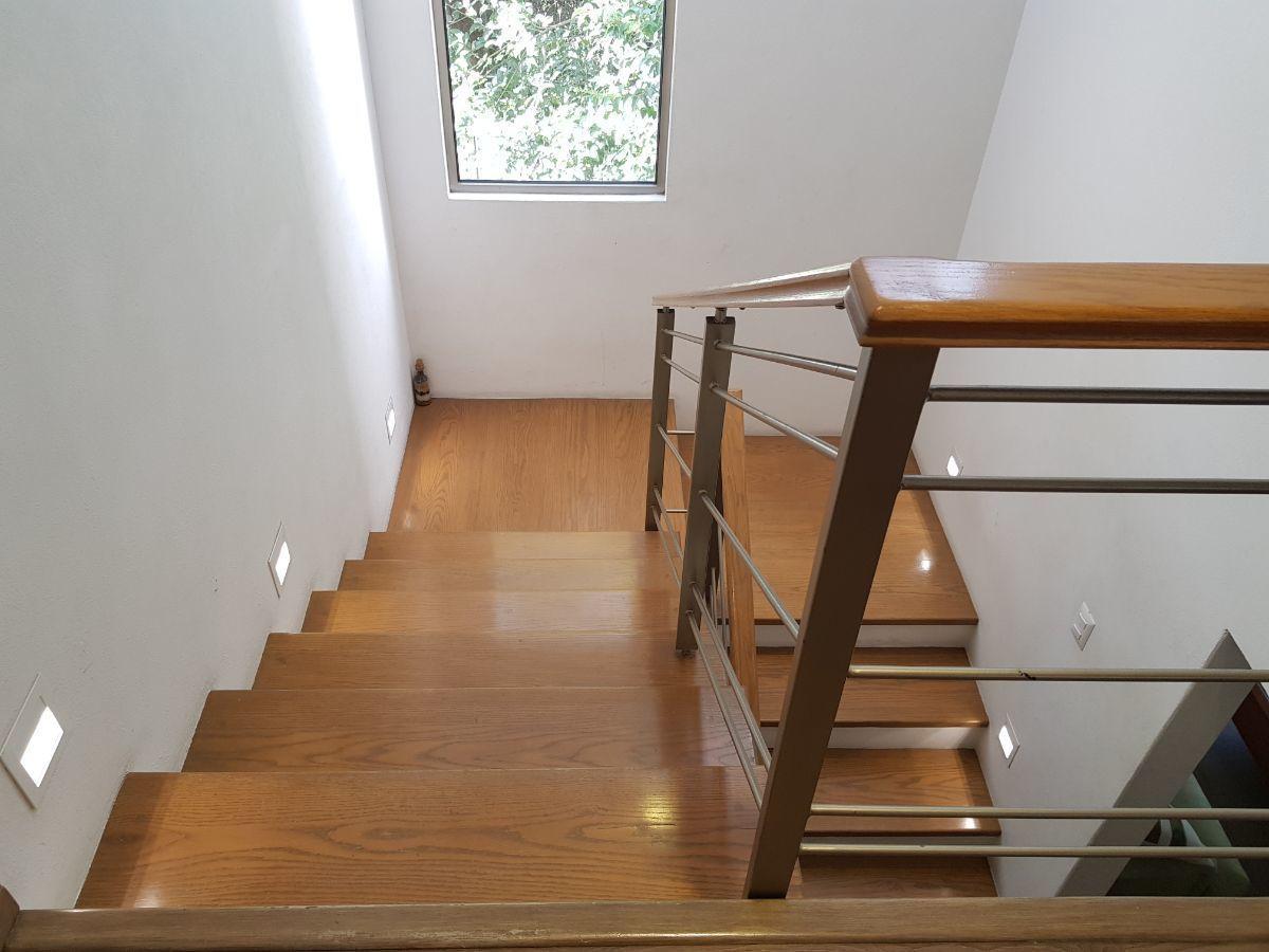 7 de 27: Escaleras con iluminación