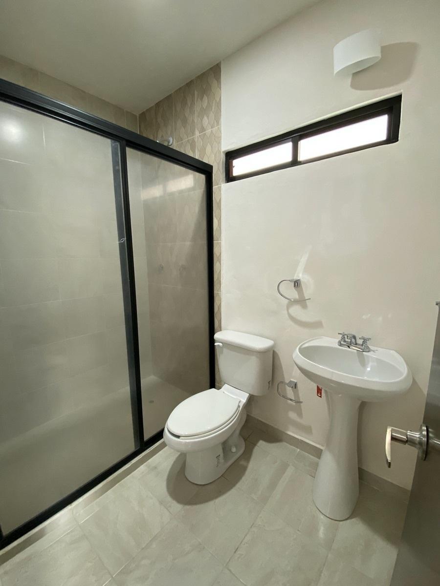 29 de 44: Un baños completo + medio baño
