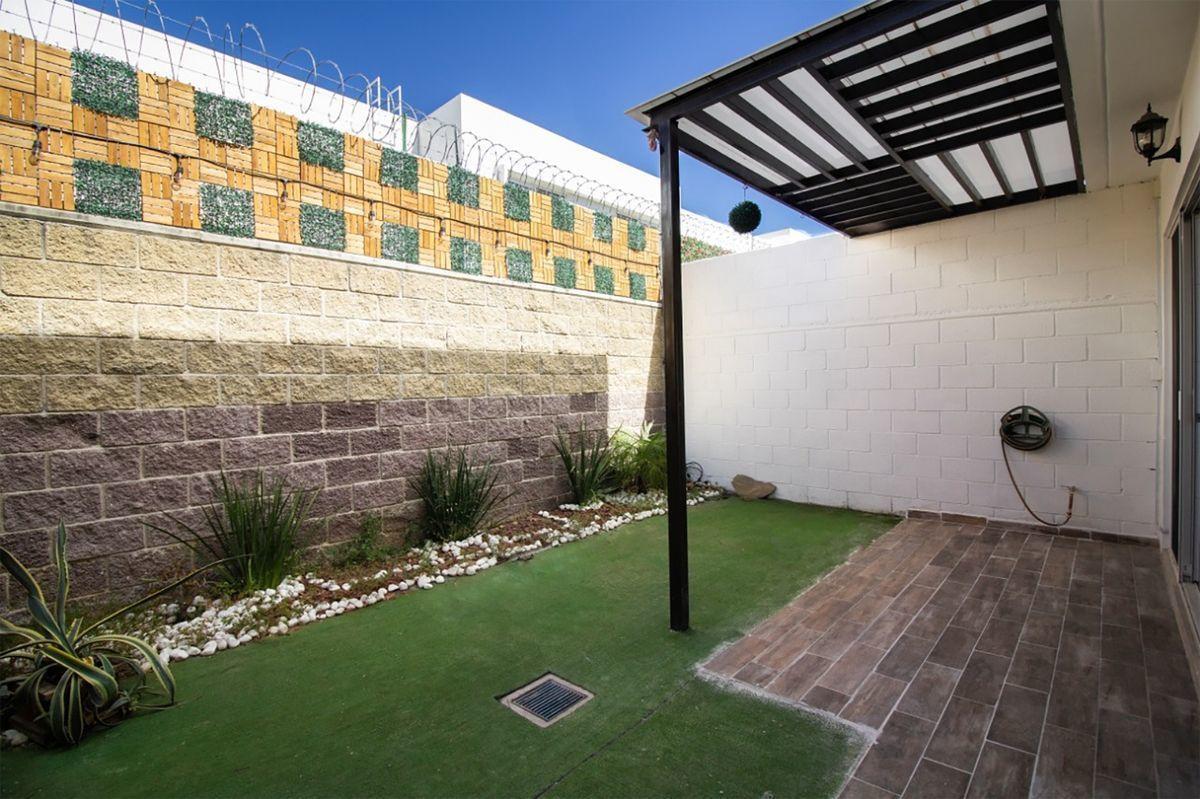9 de 23: Terraza con pérgola en patio trasero