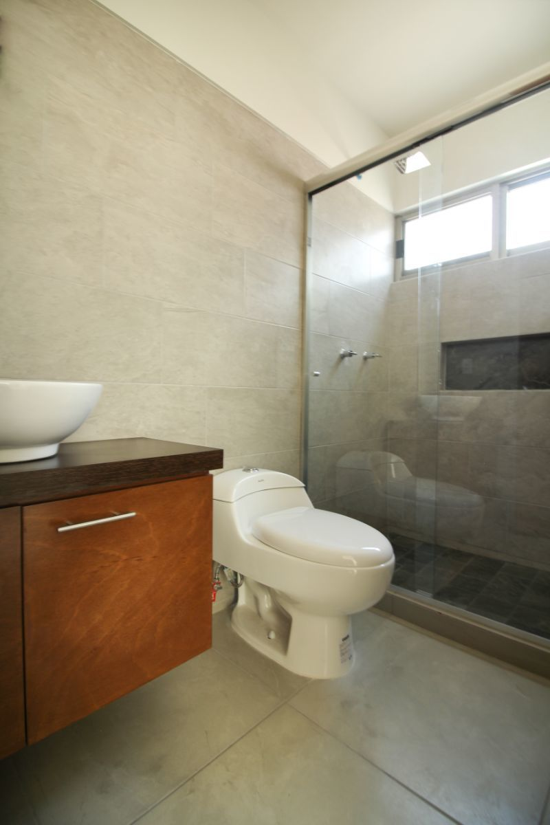 15 de 22: Baño completo planta alta en Sala de TV