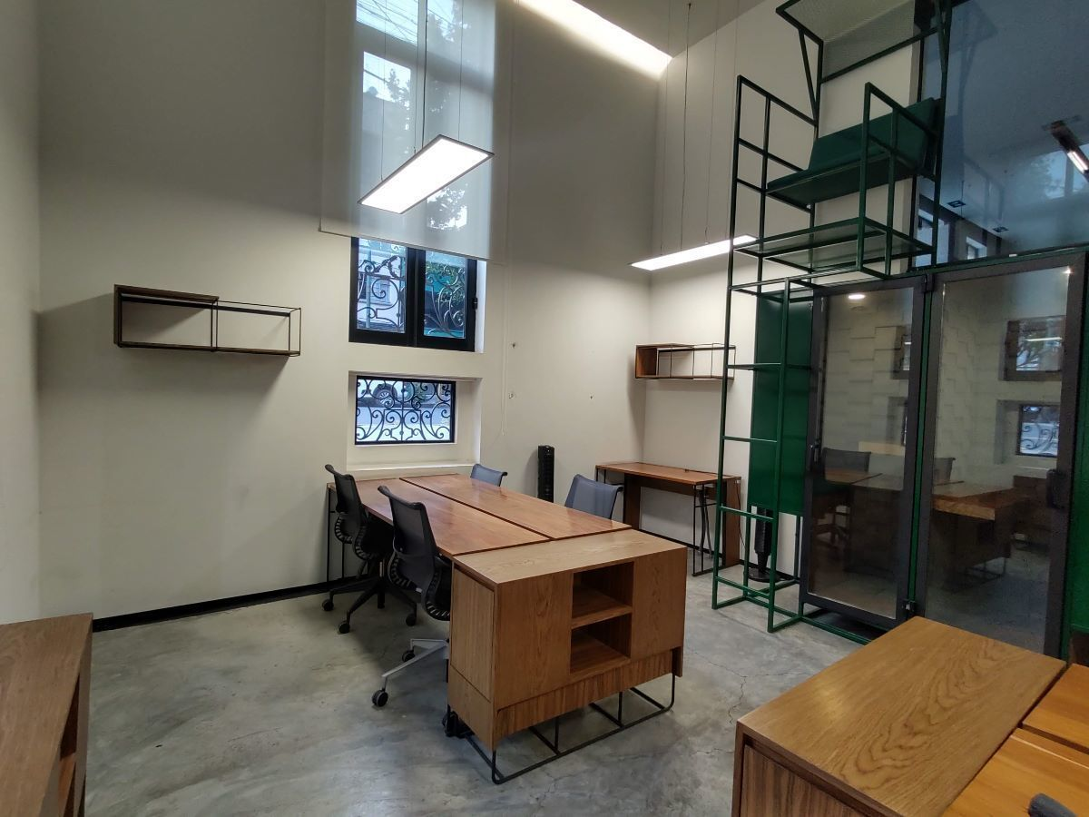 7 de 14: Oficina equipada con cabina telefonica