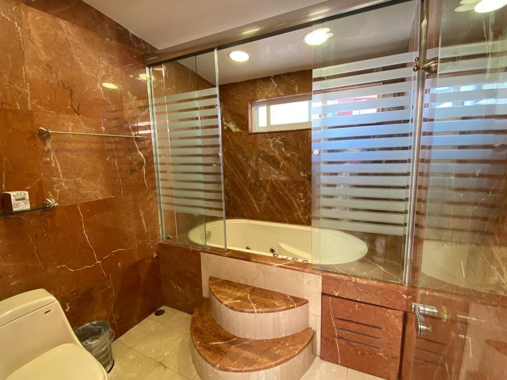 17 de 41: Baño principal con mármol