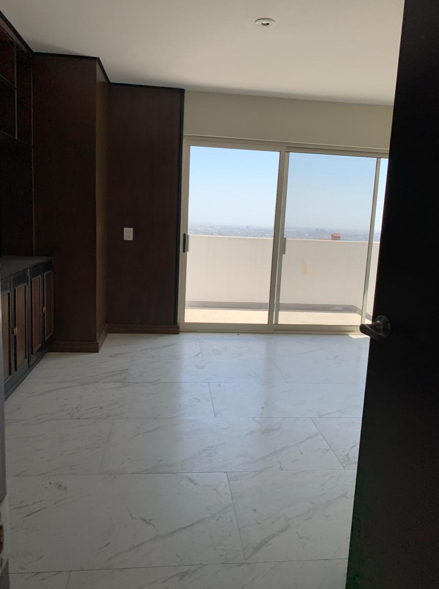 17 de 35: Oficina con balcón