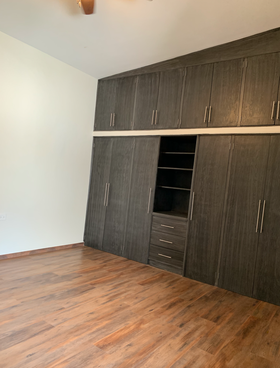 29 de 35: Closet en recámara secundaria con pisos de duela