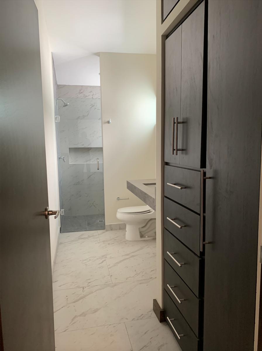 30 de 35: Baño recámara secundaria con closet