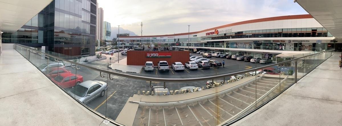 4 de 5: Vista de local hacia plaza