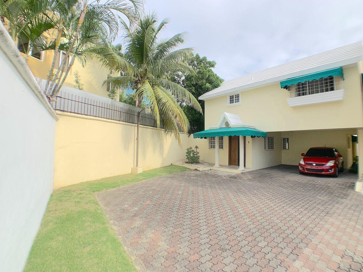 4 de 21: Fachada frontal de la casa con buenos estacionamientos