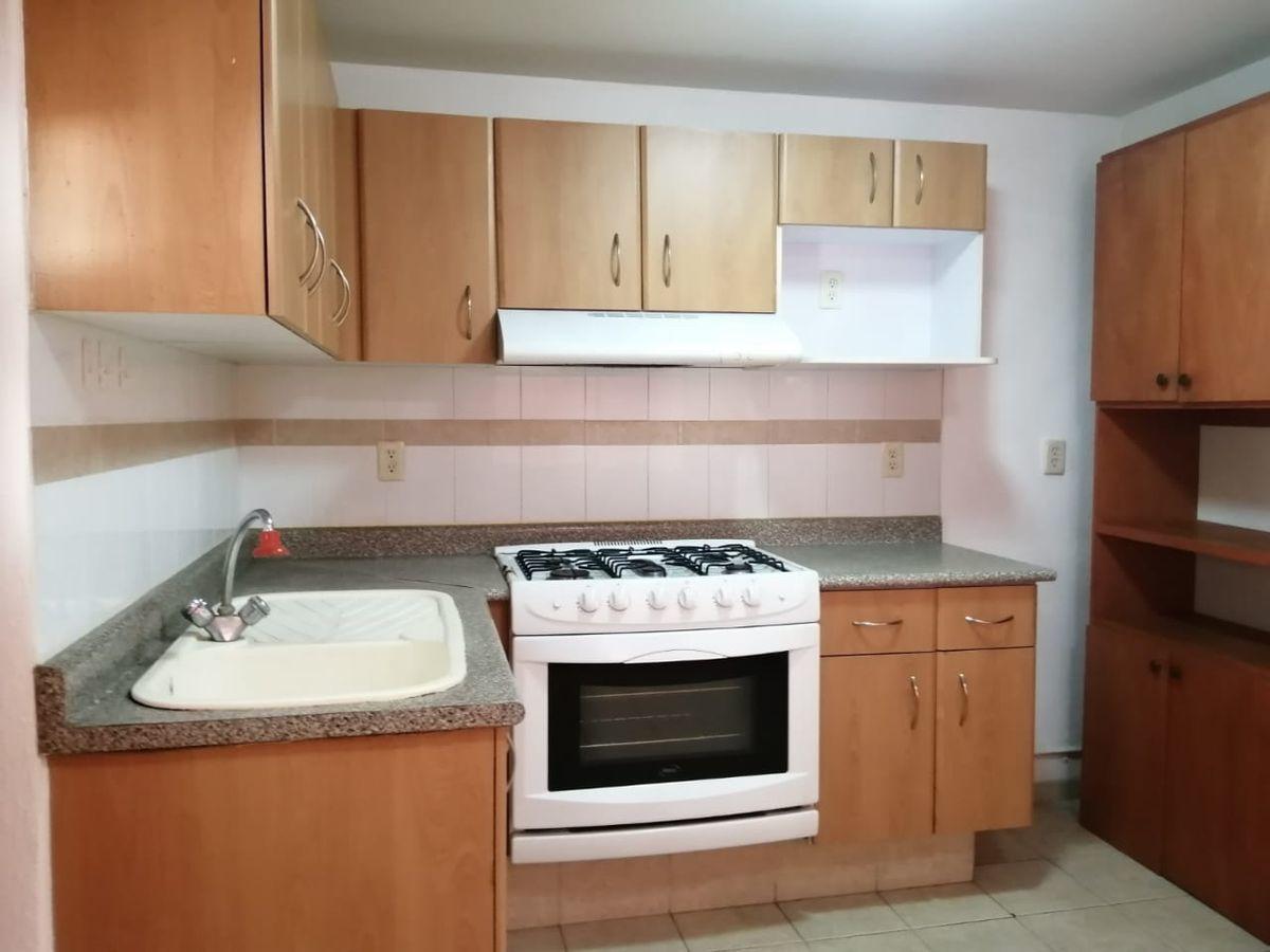 6 de 23: cocina integral desde la entrada a al cocina
