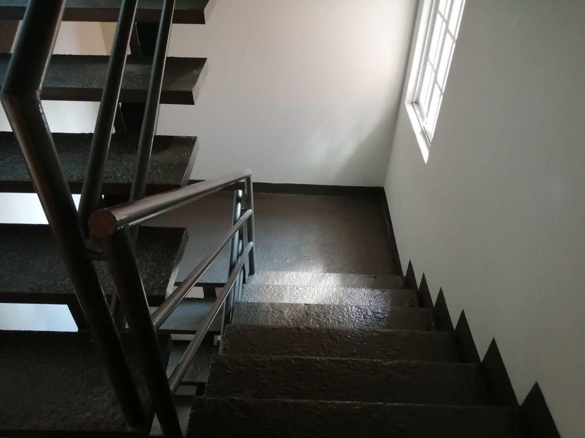 23 de 23: escaleras de emergencia