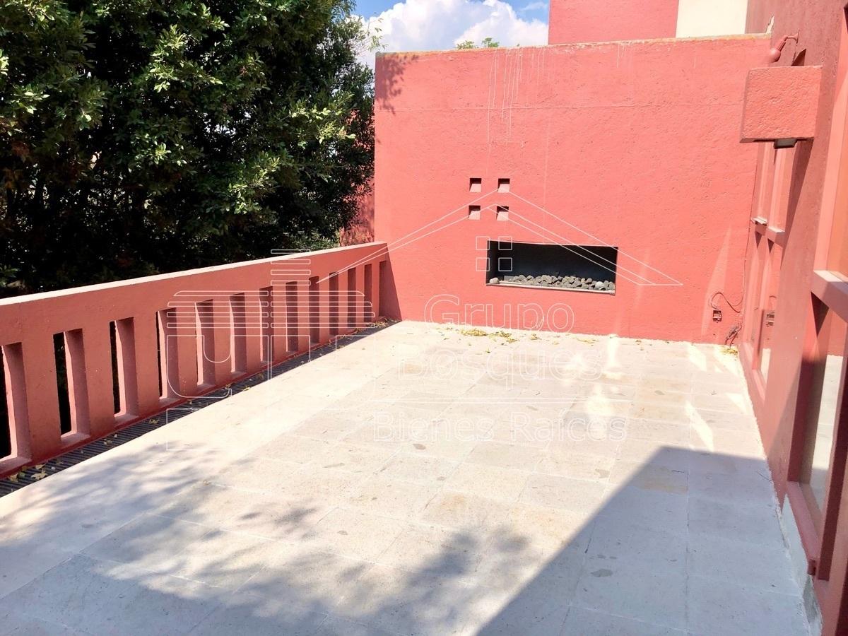 10 de 42: Terraza con chimenea exterior
