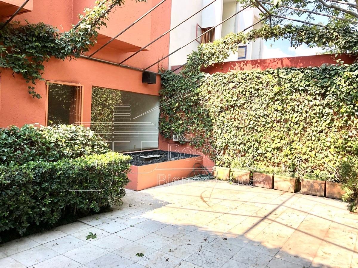 16 de 42: Jardin / terraza trasera con estructura metálica para carpa