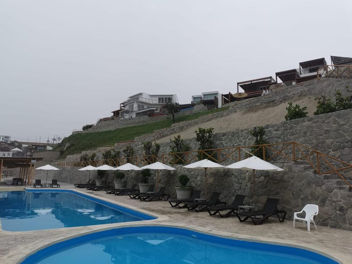 7 de 38: Gran área común con 2 piscinas al borde del mar