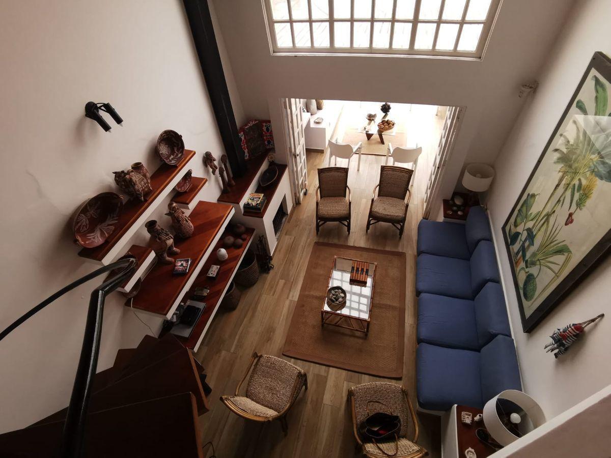 9 de 38: Vista a la sala desde el segundo piso