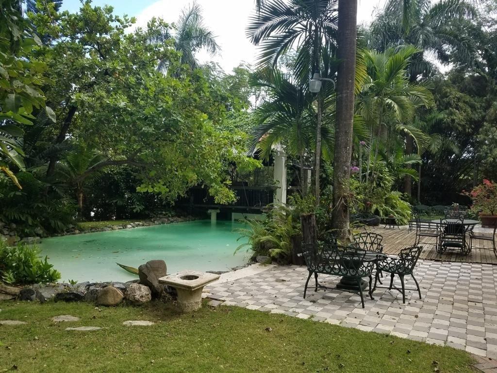 1 de 13: parte de la piscina con terraza estar
