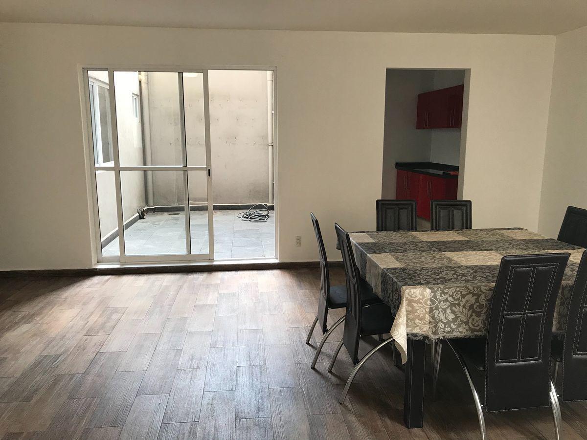1 de 11: Sala y comedor con acceso a patio central y cocina