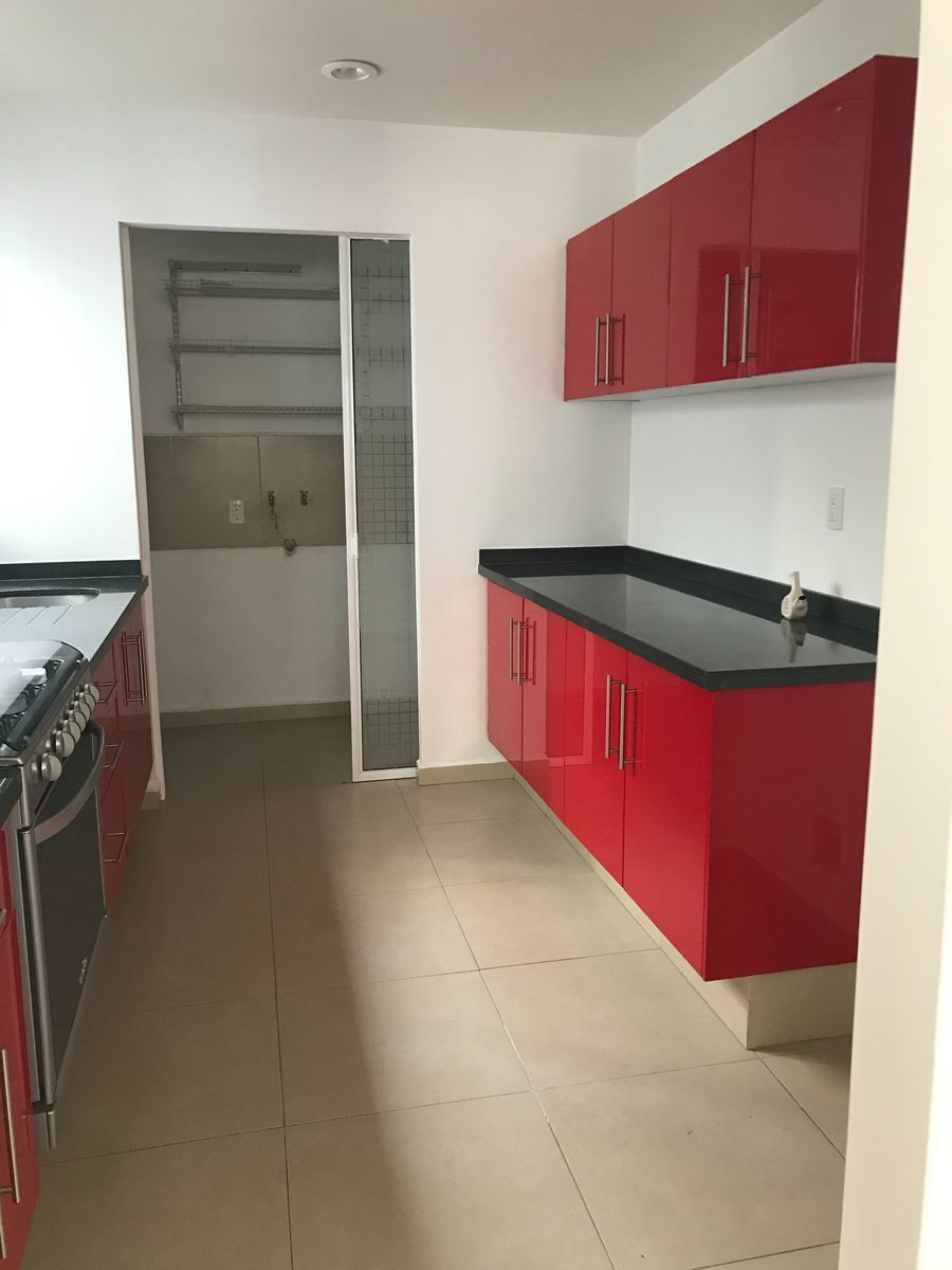 5 de 11: Cocina integral con acceso a cuarto de lavado