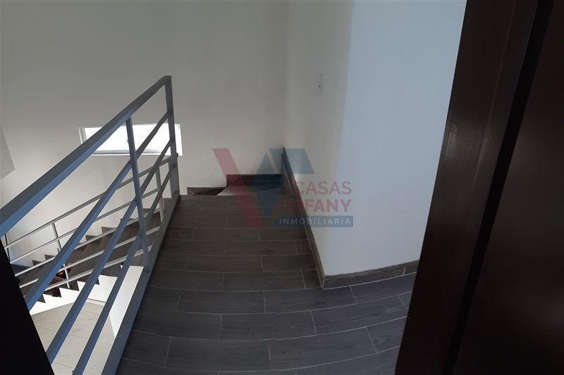 36 de 38: Detalle de pasillo y escaleras