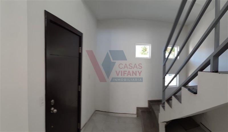 5 de 38: Puerta principal y escaleras