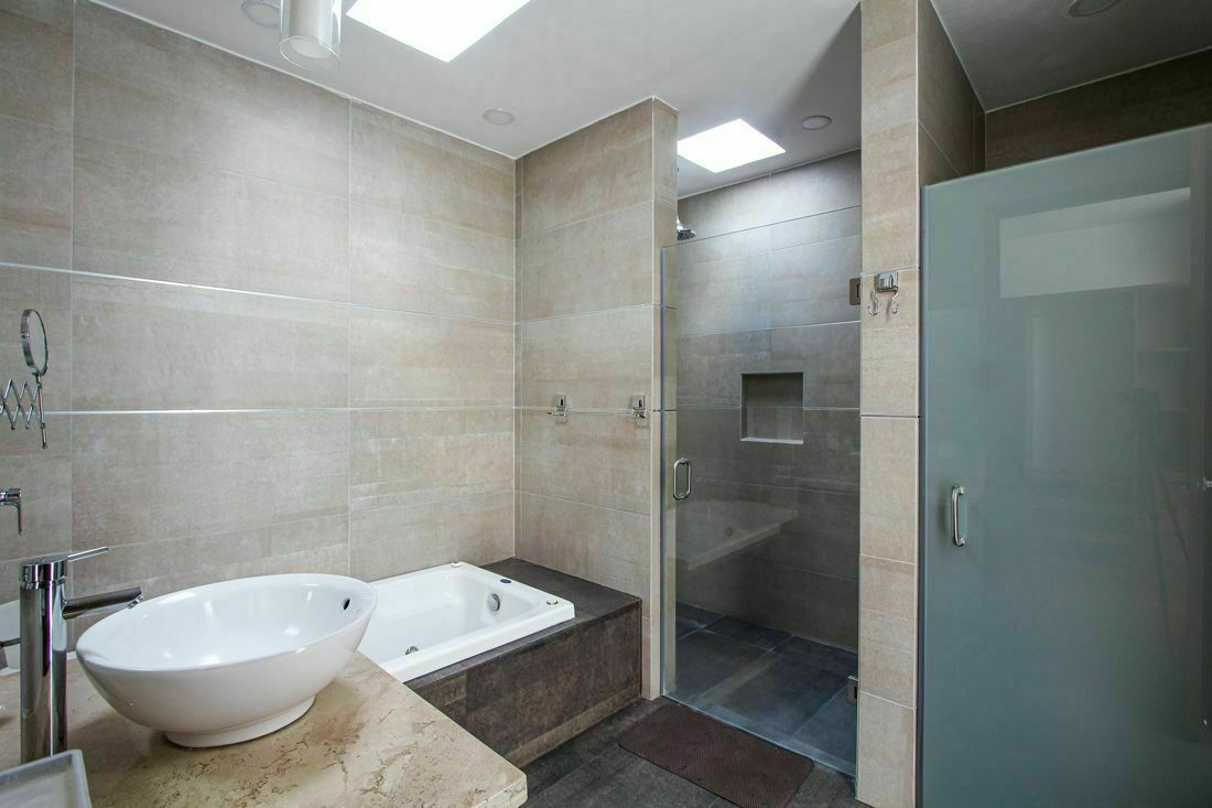 16 de 17: Baño principal con tina de hidromasaje.