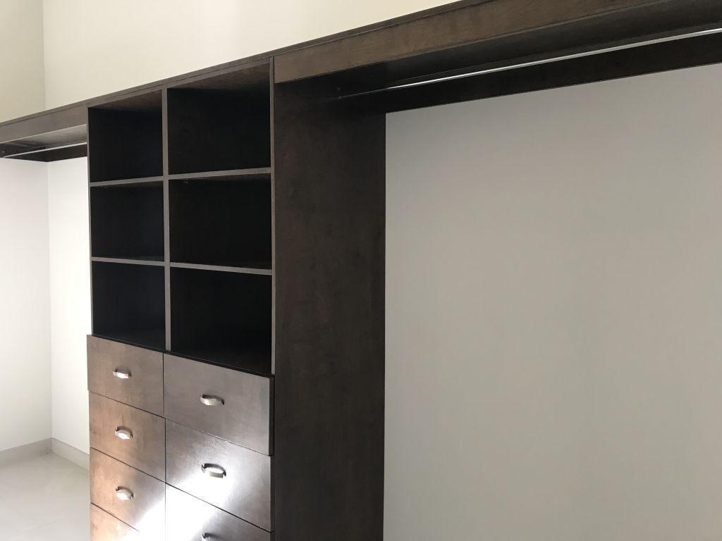 7 de 18: Walk-in closet