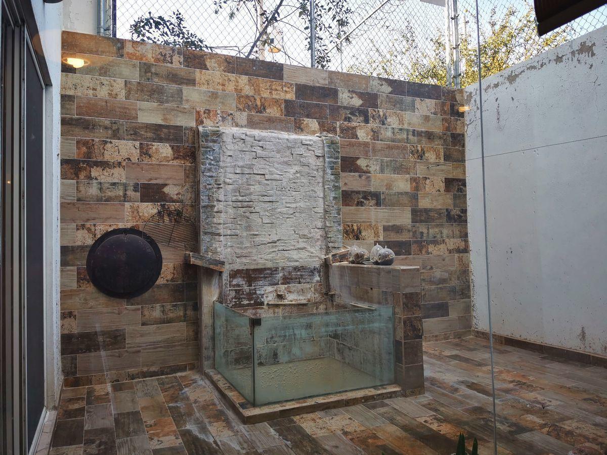 6 de 11: Terraza con muro llorón y pecera de agua fría