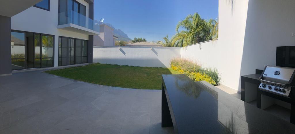 11 de 39: Terraza techada y jardín