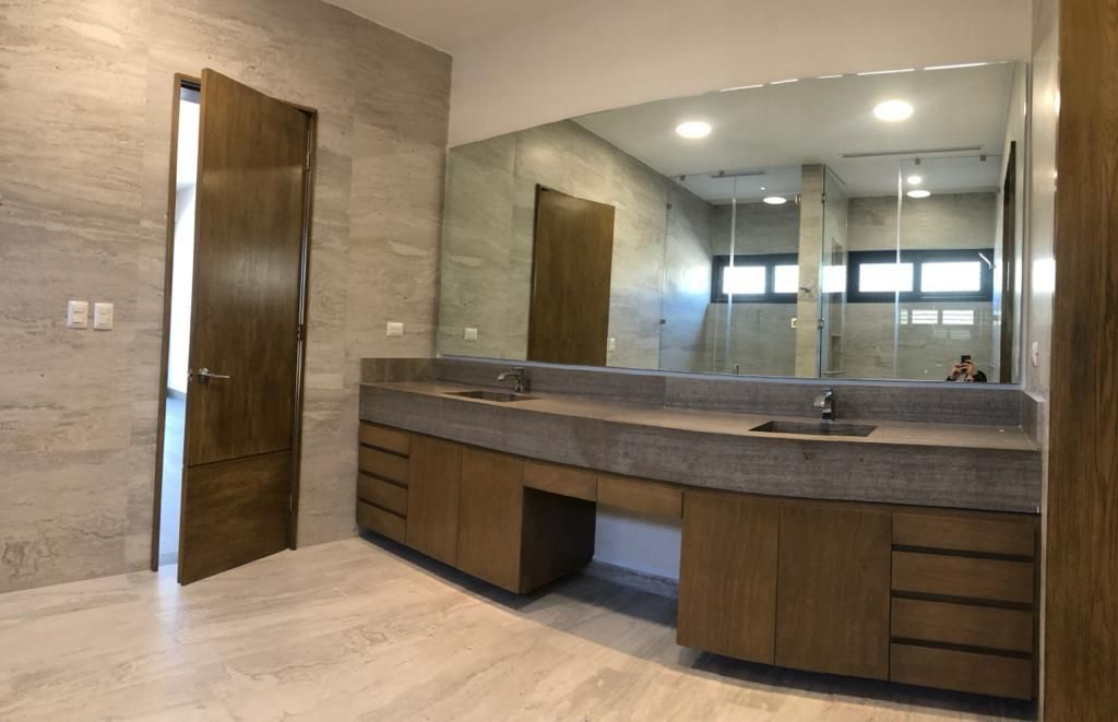 24 de 39: Baño de la recámara principal con doble lavabo