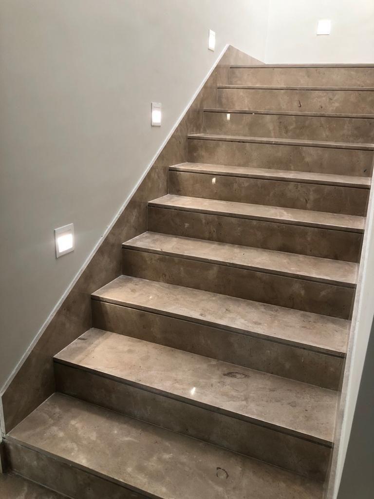16 de 39: Escaleras con iluminación ambiental