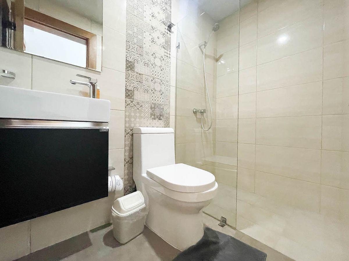 7 de 14: Baño de visita con ducha