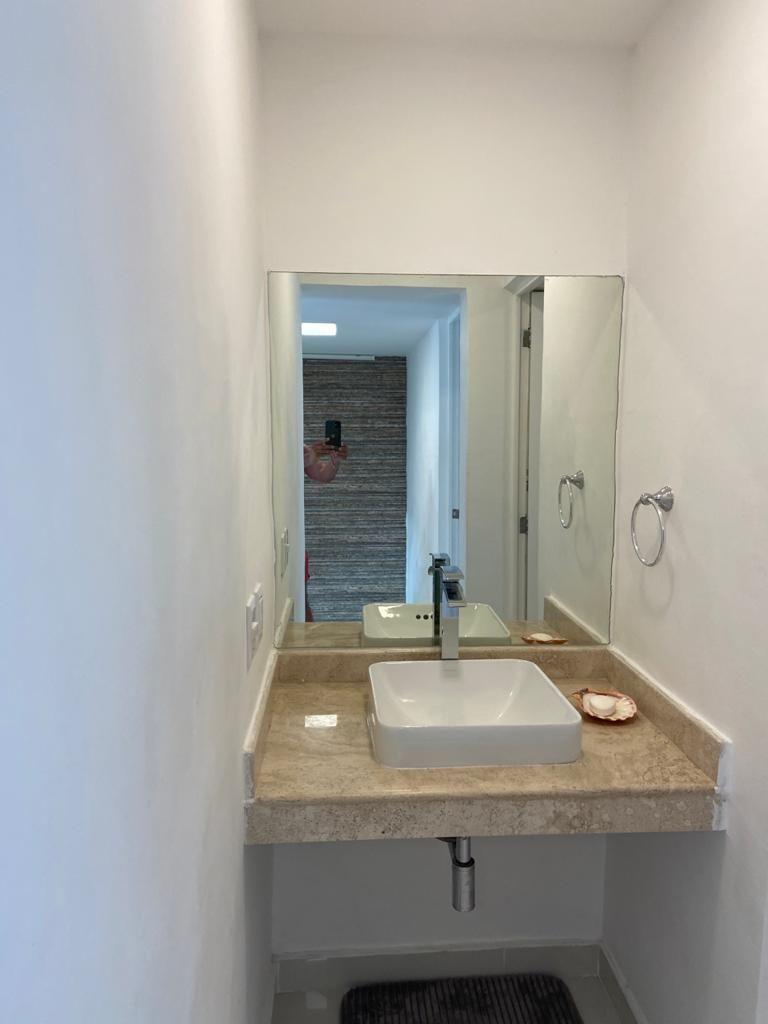 14 de 34: Medio baño de la estancia. (planta baja).