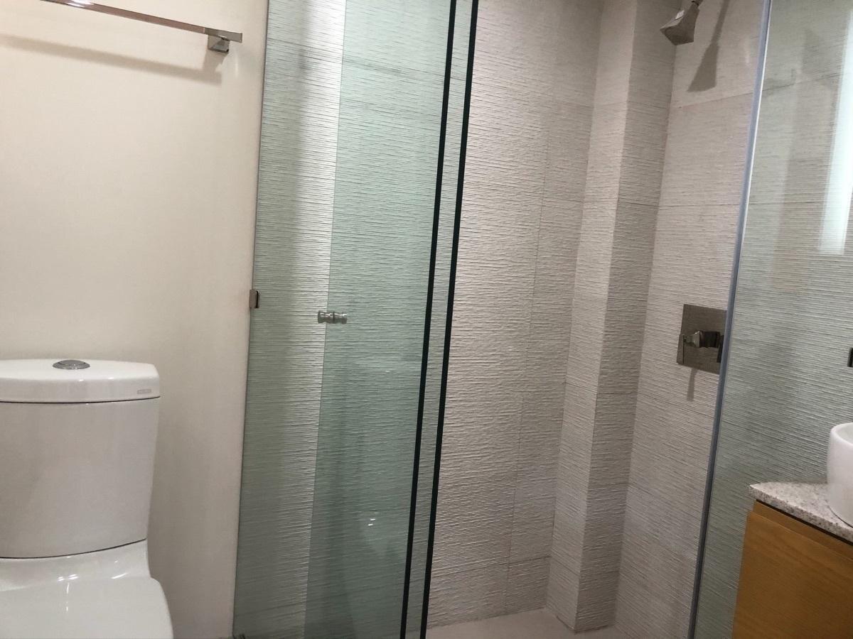 12 de 17: Baños con cancel de cristal templado y mueble en lavabo
