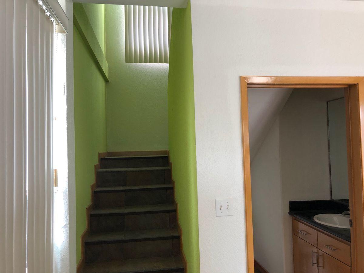 24 de 40: Escalera a segundo piso