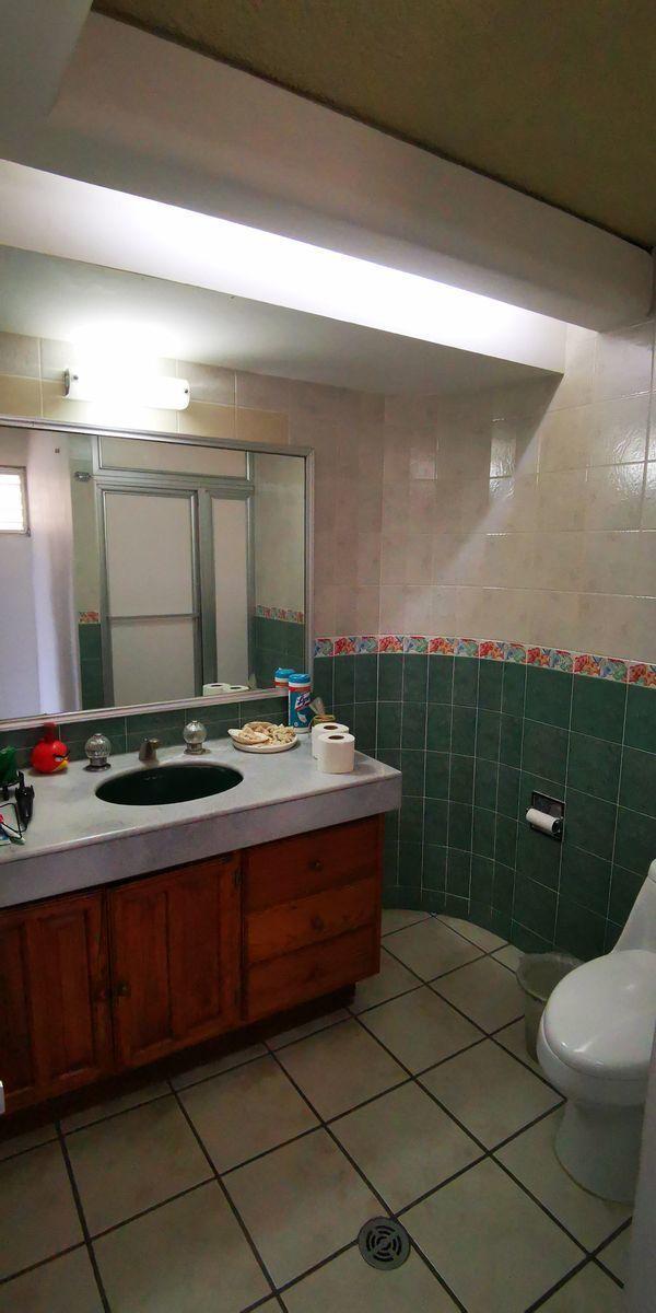28 de 41: baño de recamara en planta alta