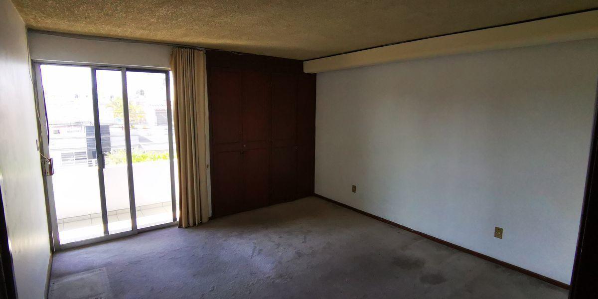33 de 41: habitanion en planta alta con baño en pasillo