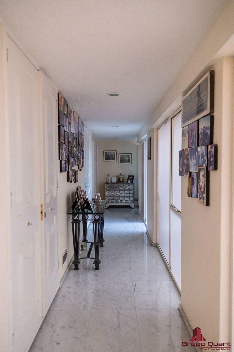 16 de 50: Hall de acceso a recámaras, jardín y patio