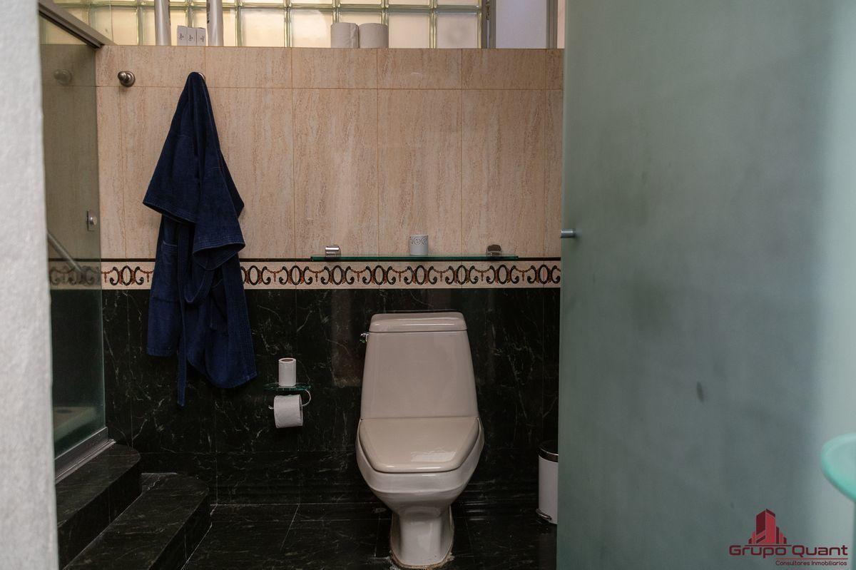 21 de 50: Baño de recámara principal